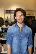 Tiger Shroff at the Launch Of Lifestyle New Store on 18th May 2017 (25)_591e89da327e1.JPG