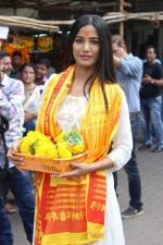 Poonam Pandey Visit Siddhivinayak Temple For Blessings on 19th May 2017 (10)_591fdb695c4be.JPG