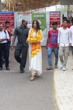 Poonam Pandey Visit Siddhivinayak Temple For Blessings on 19th May 2017 (2)_591fdb5316d58.JPG
