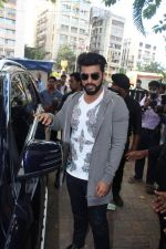 Arjun Kapoor Promotes Half Girlfriend at Reliance Digital Store on 20th May 2017 (14)_59212429a1d97.JPG