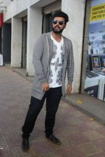 Arjun Kapoor Promotes Half Girlfriend at Reliance Digital Store on 20th May 2017 (16)_59212437d173e.JPG