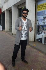 Arjun Kapoor Promotes Half Girlfriend at Reliance Digital Store on 20th May 2017 (18)_5921243d4b1ca.JPG