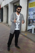 Arjun Kapoor Promotes Half Girlfriend at Reliance Digital Store on 20th May 2017 (19)_5921243fd7007.JPG