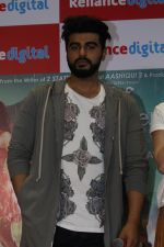 Arjun Kapoor Promotes Half Girlfriend at Reliance Digital Store on 20th May 2017 (30)_592124426e02b.JPG