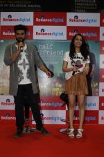 Shraddha Kapoor, Arjun Kapoor Promotes Half Girlfriend at Reliance Digital Store on 20th May 2017 (16)_59212444e00dd.JPG