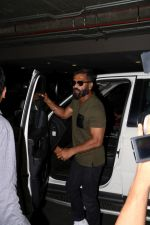 Suniel Shetty Spotted At Airport (1)_5926769bddf24.JPG