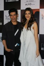 Kriti Sanon, Manish Malhotra at LFW Model Auditions on 13th June 2017 (33)_593fef768af61.JPG