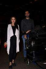 Esha Deol With Her Husband Bharat Takhtani Spotted At Airport on 14th June 2017 (31)_5942123feae43.JPG