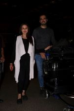 Esha Deol With Her Husband Bharat Takhtani Spotted At Airport on 14th June 2017 (33)_59421240edb6e.JPG