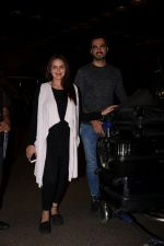 Esha Deol With Her Husband Bharat Takhtani Spotted At Airport on 14th June 2017 (34)_59421242267e5.JPG