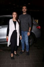 Esha Deol with her husband Bharat Takhtani at the airport during early hours of 15th June 2017 (1)_5942075667f1c.JPG