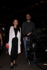 Esha Deol with her husband Bharat Takhtani at the airport during early hours of 15th June 2017 (11)_5942075e5595f.JPG