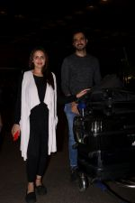 Esha Deol with her husband Bharat Takhtani at the airport during early hours of 15th June 2017 (12)_5942075f318de.JPG