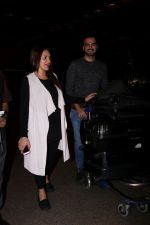 Esha Deol with her husband Bharat Takhtani at the airport during early hours of 15th June 2017 (17)_59420763276f4.JPG