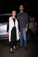 Esha Deol with her husband Bharat Takhtani at the airport during early hours of 15th June 2017 (4)_594207593b295.JPG