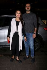 Esha Deol with her husband Bharat Takhtani at the airport during early hours of 15th June 2017 (8)_5942075bd0c3c.JPG