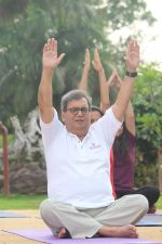 Subhash Ghai doing yoga practice along with his daughter and grandchildren at Whistling Woods International on 15th June 2017 (12)_5942a12174a32.JPG