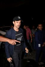 Hrithik Roshan Spotted At Airport on 15th June 2017 (10)_59437bb56e46e.JPG