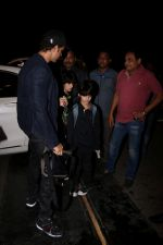 Hrithik Roshan Spotted At Airport on 15th June 2017 (13)_59437bbc6093a.JPG