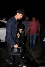 Hrithik Roshan Spotted At Airport on 15th June 2017 (15)_59437bc02b33d.JPG