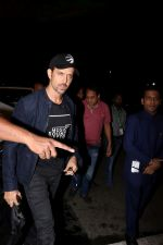 Hrithik Roshan Spotted At Airport on 15th June 2017 (17)_59437bc2c2b2e.JPG