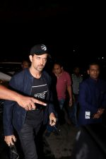 Hrithik Roshan Spotted At Airport on 15th June 2017 (18)_59437bc424fba.JPG