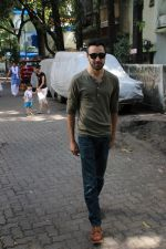 Imran khan spotted at khar on 16th June 2017 (5)_59452ee55eb37.JPG
