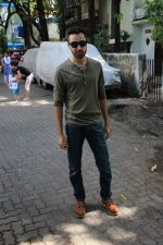 Imran khan spotted at khar on 16th June 2017 (6)_59452eee67ea5.JPG