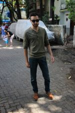 Imran khan spotted at khar on 16th June 2017 (7)_59452ef7ac449.JPG