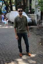 Imran khan spotted at khar on 16th June 2017 (8)_59452f0085143.JPG