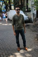 Imran khan spotted at khar on 16th June 2017 (9)_59452f0aee359.JPG
