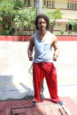 Tiger Shroff spotted at gym on 16th June 2017 (3)_59453041e0855.JPG