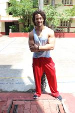 Tiger Shroff spotted at gym on 16th June 2017 (5)_59453051d990b.JPG