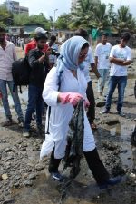 Pooja Bhatt at Chimbai Beach Clean Up Drive By BMC on 18th June 2017 (1)_594679248db5b.JPG
