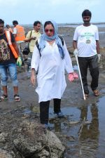 Pooja Bhatt at Chimbai Beach Clean Up Drive By BMC on 18th June 2017 (11)_59467938cc861.JPG