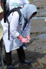 Pooja Bhatt at Chimbai Beach Clean Up Drive By BMC on 18th June 2017 (18)_594679454b255.JPG