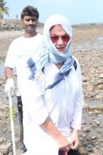 Pooja Bhatt at Chimbai Beach Clean Up Drive By BMC on 18th June 2017 (2)_59467925e6879.JPG