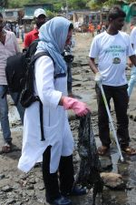 Pooja Bhatt at Chimbai Beach Clean Up Drive By BMC on 18th June 2017 (21)_5946794c17b50.JPG