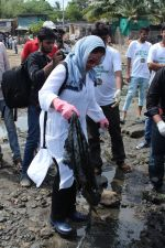 Pooja Bhatt at Chimbai Beach Clean Up Drive By BMC on 18th June 2017 (23)_594679503fa26.JPG