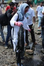 Pooja Bhatt at Chimbai Beach Clean Up Drive By BMC on 18th June 2017 (24)_594679523d08b.JPG
