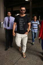 John Abraham at the Airport on 20th June 2017 (2)_5949149e020cf.JPG