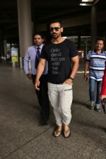 John Abraham at the Airport on 20th June 2017 (3)_59491489d01c9.JPG