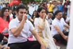 Arbaaz Khan, Shaina NC at Mass yoga session to mark the 3rd International Yoga Day at Marine Drive on 21st June 2017 (18)_594a1c2567e97.JPG
