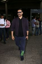 Vivek Oberoi Spotted At Airport on 30th June 2017 (2)_5956537b5ea8c.JPG