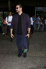 Vivek Oberoi Spotted At Airport on 30th June 2017 (3)_5956537c5856b.JPG
