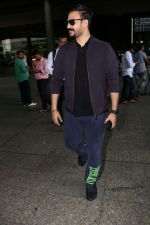 Vivek Oberoi Spotted At Airport on 30th June 2017 (4)_5956537d47ef7.JPG