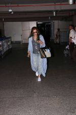 Dimple Kapadia spotted at the Airport on 10th July 2017 (1)_596376f0e292d.JPG