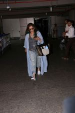Dimple Kapadia spotted at the Airport on 10th July 2017 (2)_596376f1adfd4.JPG