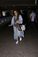 Dimple Kapadia spotted at the Airport on 10th July 2017 (3)_596376f28abd9.JPG