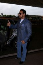 Gulshan Grover Spotted At Airport on 11th July 2017 (4)_5965b1f3ae5e7.JPG